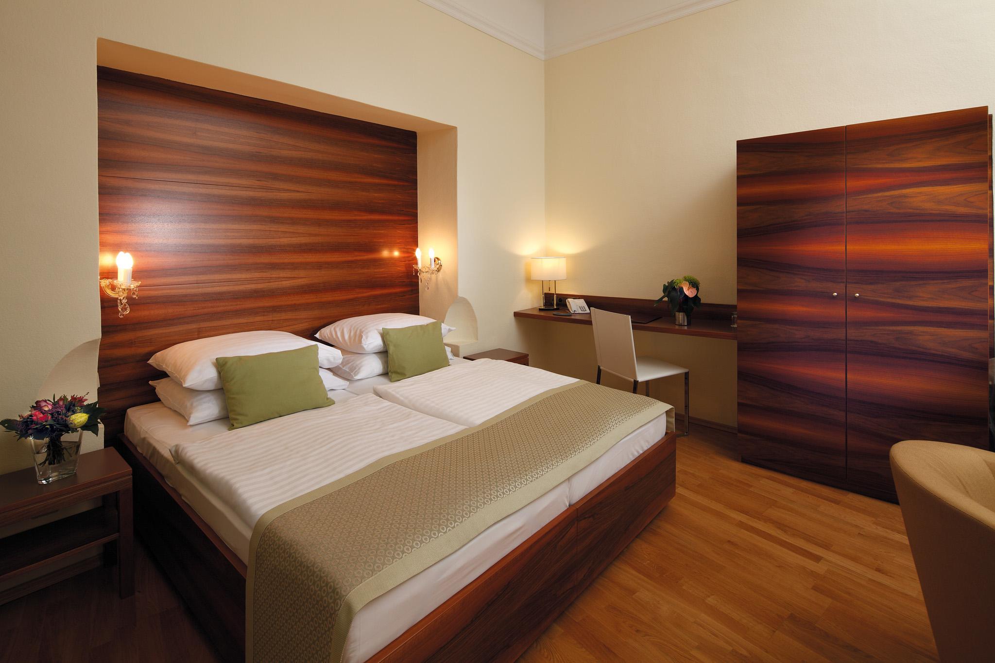 Zimmer hotel das wandl vienna for Schreibtisch vor heizung